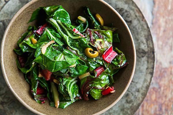 Салат с листьями мангольда