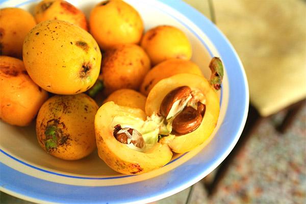 Как едят фрукт мушмула
